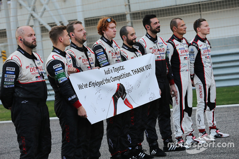 El equipo Toyota Racing muestra un mensaje a Audi en la parrilla
