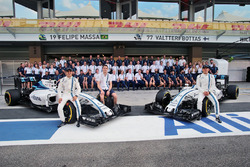 Felipe Massa, Williams; Paul di Resta, piloto de reserva de Williams; y Valtteri Bottas, Williams, en una fotografía de equipo