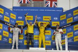 Подиум: Габриэле Тарквини, LADA Sport Rosneft, Lada Vesta; Том Чилтон, Sébastien Loeb Racing, Citroën C-Elysée WTCC; Роб Хафф, Honda Racing Team JAS, Honda Civic WTCC