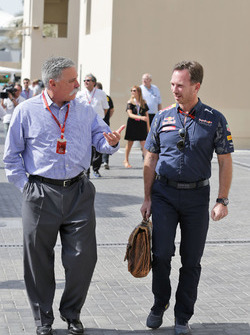 Chase Carey, presidente del Grupo de la Fórmula 1 con Christian Horner, jefe de Red Bull