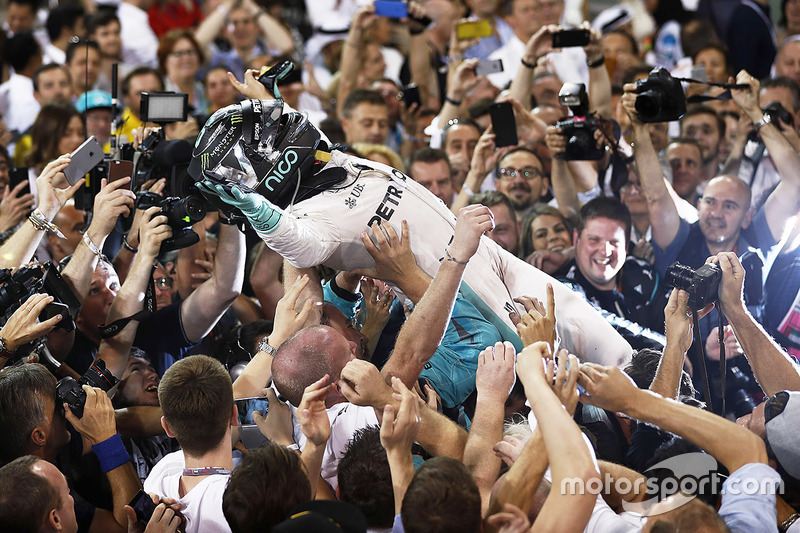 4. El segundo lugar y el campeón del mundo de Nico Rosberg, de Mercedes AMG F1, celebra