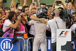 2. und Weltmeister Nico Rosberg, Mercedes AMG Petronas F1 feiert im Parc Ferme