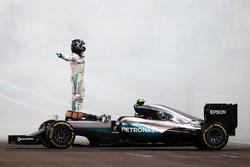 Nico Rosberg, Mercedes AMG F1 W07 Hybrid feiert seinen 2. Platz und den WM-Titel nach dem Rennen