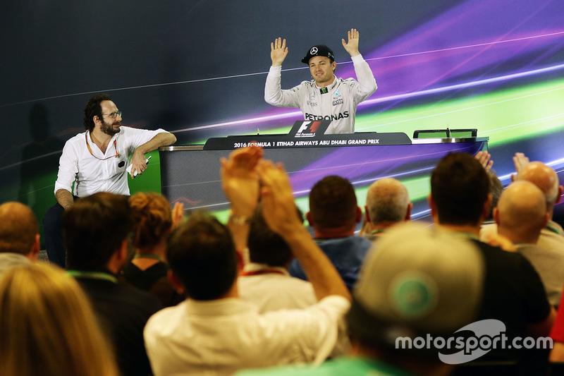Campeón Nico Rosberg, Mercedes AMG F1 en la Conferencia de prensa FIA