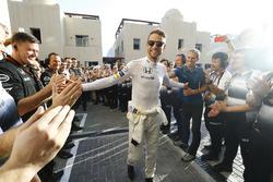 Jenson Button, McLaren marche vers le garage sous les applaudissements de son équipe