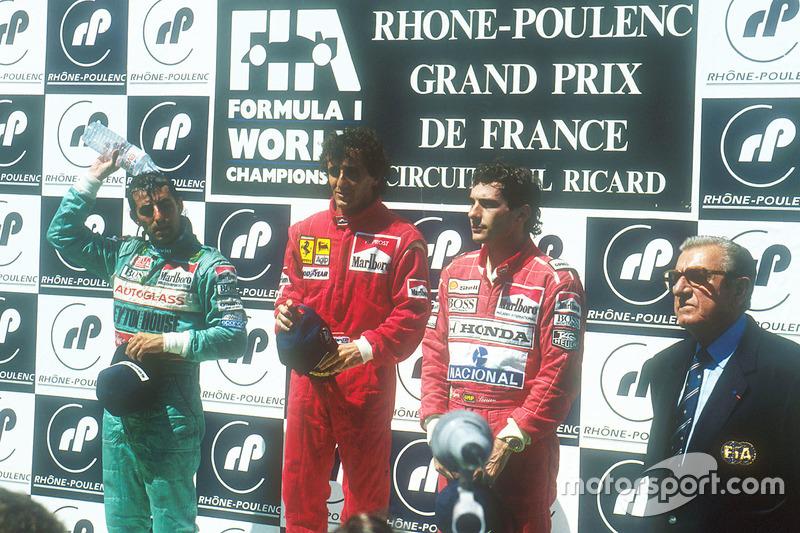 Podium : le vainqueur Alain Prost, Ferrari, le second Ivan Capelli, Leyton House Judd, le troisième Ayrton Senna, McLaren Honda, avec le président de la FIA, Jean-Marie Balestre