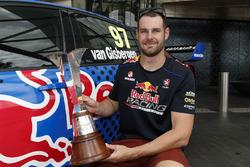 Shane van Gisbergen, Triple Eight Race Engineering, Holden, mit dem Meisterpokal 2016