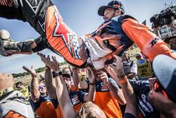 #14 Red Bull KTM Factory Racing: Sam Sunderland viert feest met het team