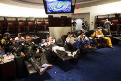 Los pilotos se relajan en backstage