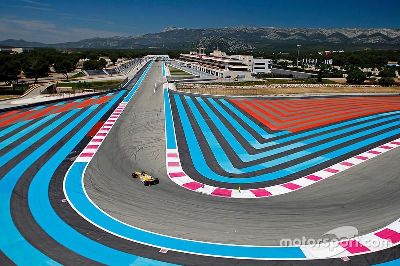 Une Renault sur le Circuit Paul Ricard