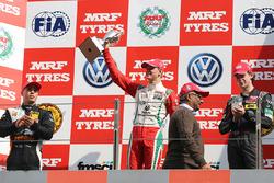 Podium: ganador, Mick Schumacher, segundo, Joey Mawson, tercero, Harrison Newey