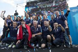 Podium: Race winner Sébastien Buemi, Renault e.Dams celebrate with the team