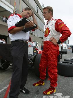 Sébastien Bourdais discusses with his engineer