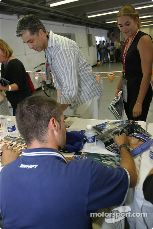 Séance d'autographes : Alex Tagliani