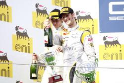 Romain Grosjean celebra su quinta victoria de carrera de la temporada en el podio con Charles Pic