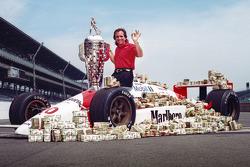 El ganador de la carrera Emerson Fittipaldi