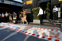 Rubens Barrichello, AT&T Williams, makes a painting with a tyre