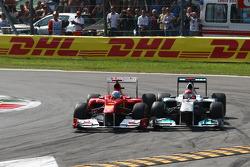 Фернандо Алонсо, Scuderia Ferrari, та Міхаель Шумахер, Mercedes GP F1 Team