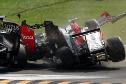 A crash caused by Vitantonio Liuzzi, HRT F1 Team, including Vitaly Petrov, Lotus Renault GP
