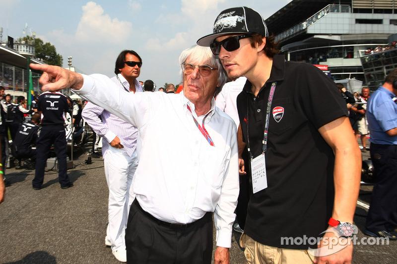 Bernie Ecclestone con el piloto Nicky Hayden, MotoGP