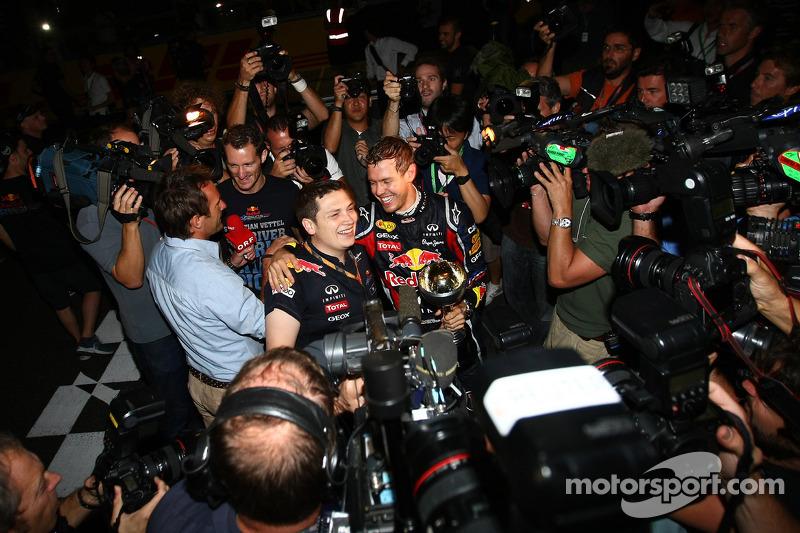 Себастьян Феттель, Red Bull Racing, святкує новий титул чемпіон разом з командою