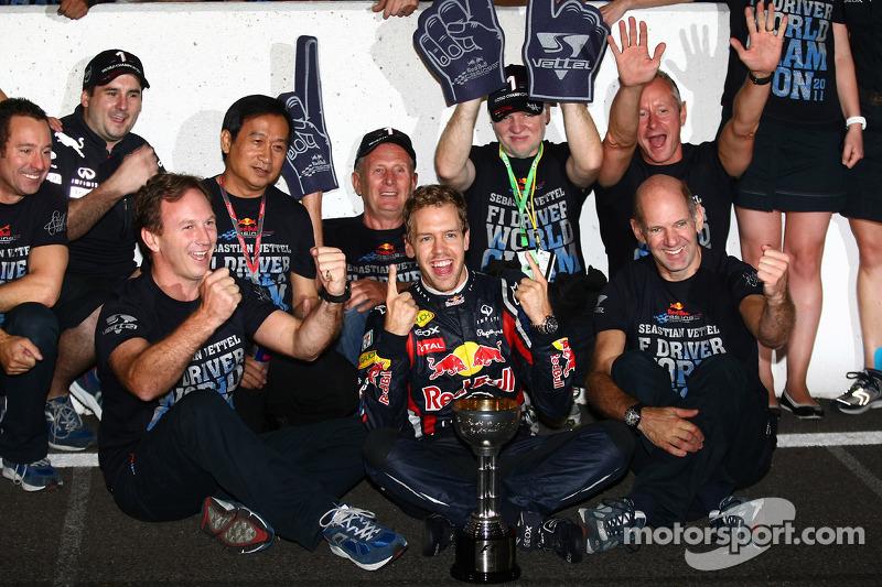 Себастьян Феттель, Red Bull Racing, святкує новий титул чемпіона 2011 року разом з командою