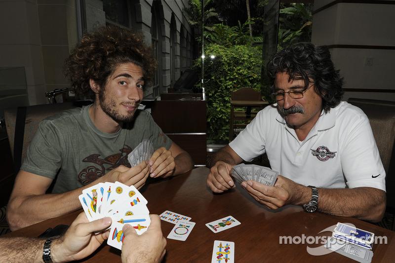 Con su padre, jugando a las cartas. Era habitual verlo así en el paddock.