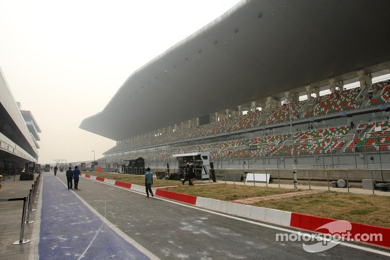 Track atmosphere, pitlane