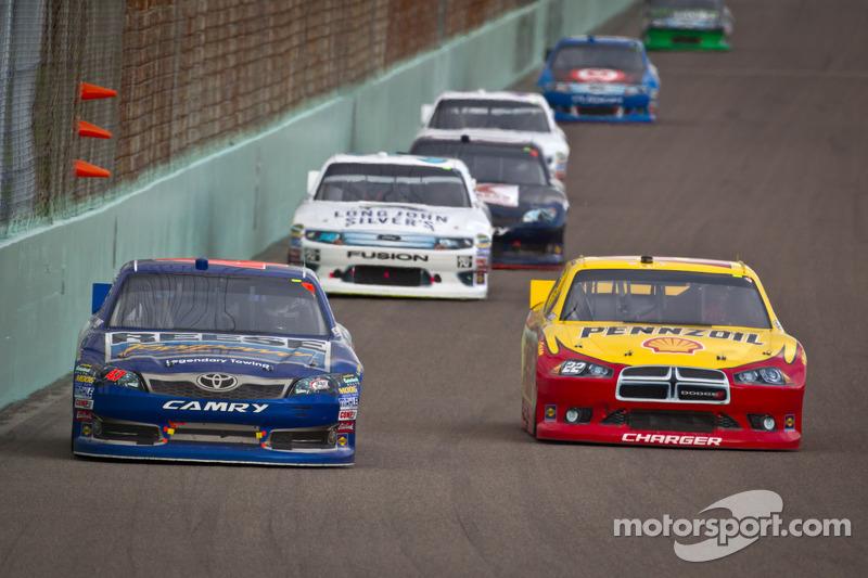 Bobby Labonte, JTG Daugherty Racing Toyota, Kurt Busch, Penske Racing Dodge