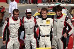 Los ganadores de la carrera Khaled Al Qubaisi, Sean Edwards, Jeroen Bleekemolen, Thomas Jäger