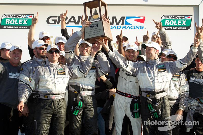 GT victory lane: winnaars in klasse Andy Lally, Richard Lietz, John Potter, Rene Rast