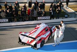 Kazuki Nakajima, Alexander Wurz, Nicolas Lapierre avec la Toyota TS030 Hybrid