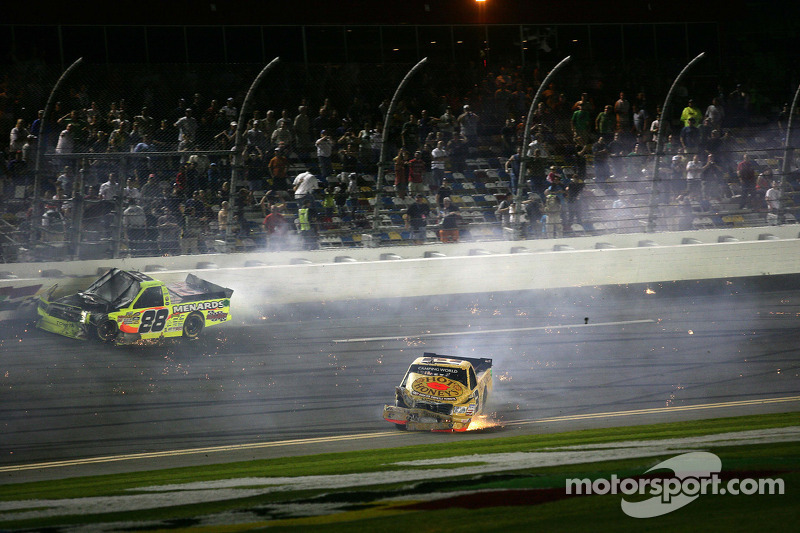 Johnny Sauter, ThorSport Racing Toyota en Matt Crafton, ThorSport Racing Toyota crash