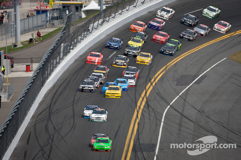 Danica Patrick, JR Motorsports Chevrolet leads the field