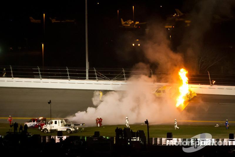 Juan Pablo Montoya, Earnhardt Ganassi Racing Chevrolet crasht op circuitdroger, die in brand vliegt