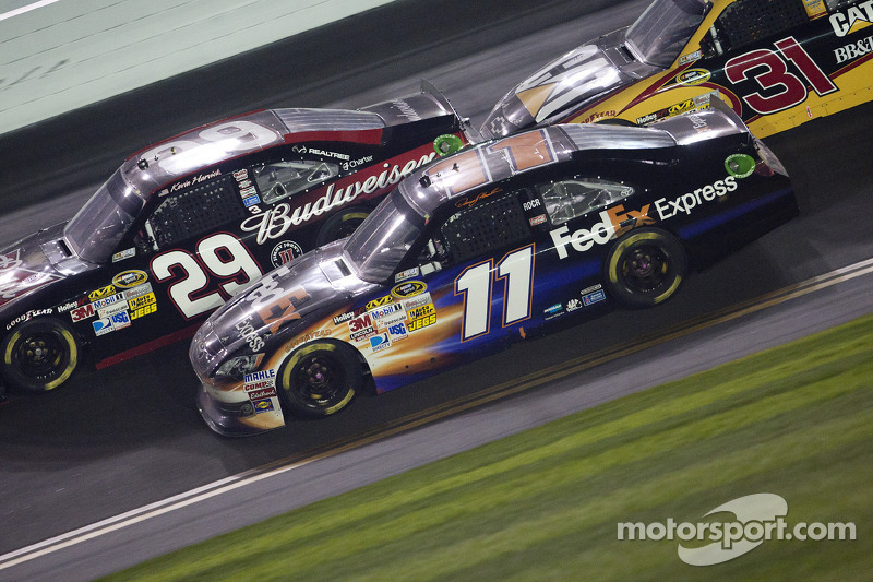 Kevin Harvick, Richard Childress Racing Chevrolet en Denny Hamlin, Joe Gibbs Racing Toyota