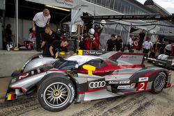 #2 Audi Sport Team Joest Audi R18: Rinaldo Capello, Tom Kristensen, Allan McNish back in pits with front end damage