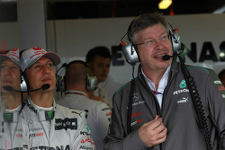 Michael Schumacher, Mercedes GP y Ross Brawn, Team Principal, Mercedes GP Petronas