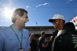Педро де ла Роса и пилот Mercedes AMG F1 Льюис Хэмилтон