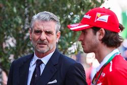 Maurizio Arrivabene, director del equipo Ferrari, Antonio Giovinazzi, piloto de Ferrari de prueba y reserva