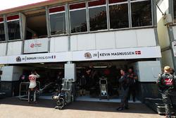 Romain Grosjean, Haas F1 Team, fuera de su garaje