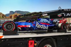 El coche de Daniil Kvyat, Scuderia Toro Rosso STR12 es recuperado