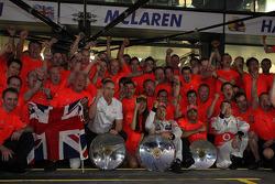 McLaren team celebrate Jenson Button, McLaren Mercedes win, ve John Button, Martin Whitmarsh, McLaren, Şef Sorumlusu, Jessica Michibata, McLaren Mercedes