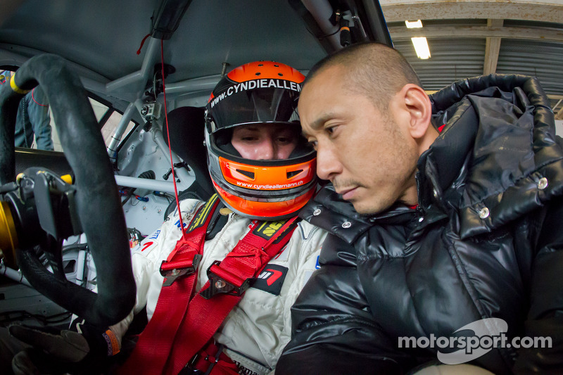 Hideki Noda junto a la piloto Cyndie Allemann