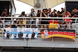 Spandoek Kimi Raikkonen, Lotus F1 Team en Michael Schumacher, Mercedes GP en fans