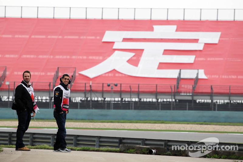 Sebastien Buemi, Red Bull Racing en Scuderia Toro Rosso Reserve Driver langs het circuit