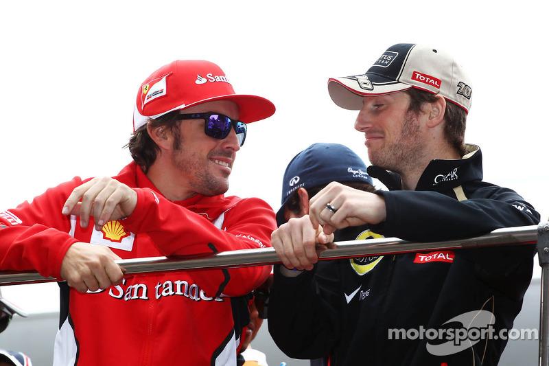 Fernando Alonso, Scuderia Ferrari met Romain Grosjean, Lotus F1 Team op de rijdersparade