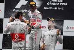 Podium : le vainqueur Nico Rosberg, Mercedes AMG F1, le second Jenson Button, McLaren, le troisième Lewis Hamilton, McLaren