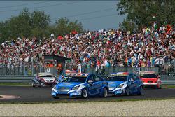 Robert Huff, Chevrolet Cruze 1.6T, Chevrolet, Yvan Muller, Chevrolet Cruze 1.6T, Chevrolet and Gabriele Tarquini, SEAT Leon WTCC, Lukoil Racing Team