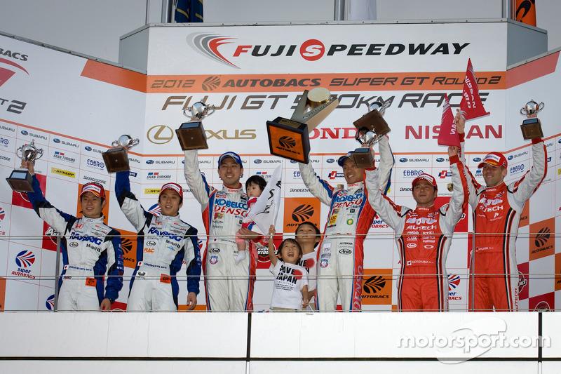 GT500 podium: winnaars Juichi Wakisaka en Hiroaki Ishiura, 2de Takuya Izawa en Naoki Yamamoto, 3de S